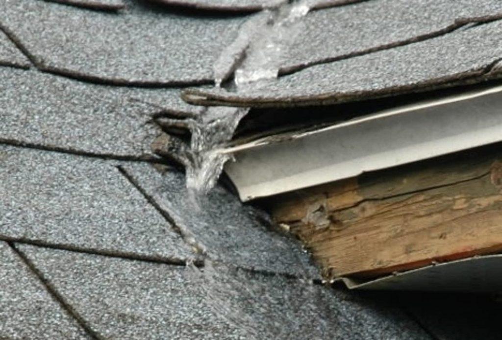 Photo représentant un vice de construction de toiture avec signe d'infiltration d'eau du a une accumulation de glace.