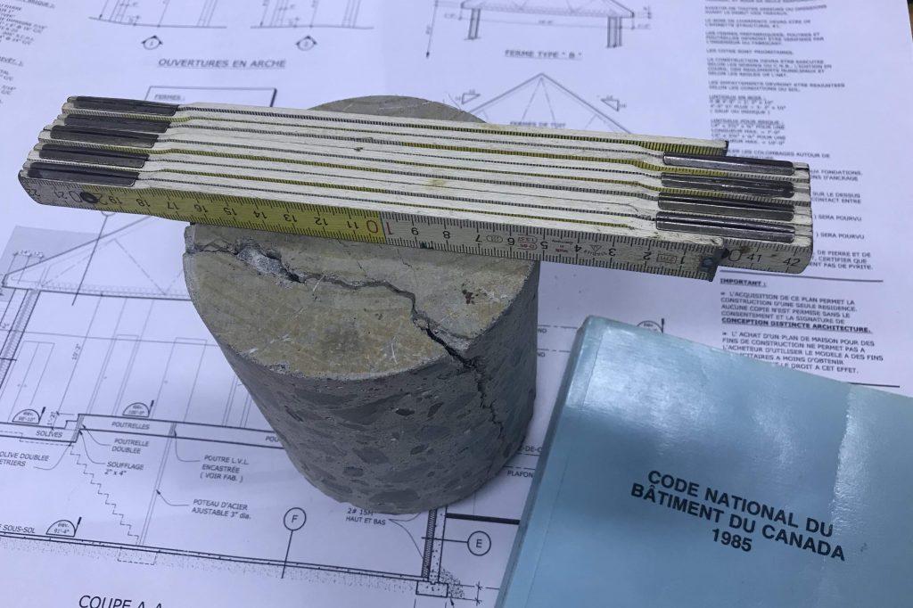 forage du béton avec instrument de mesure plan de construction et code du bâtiment