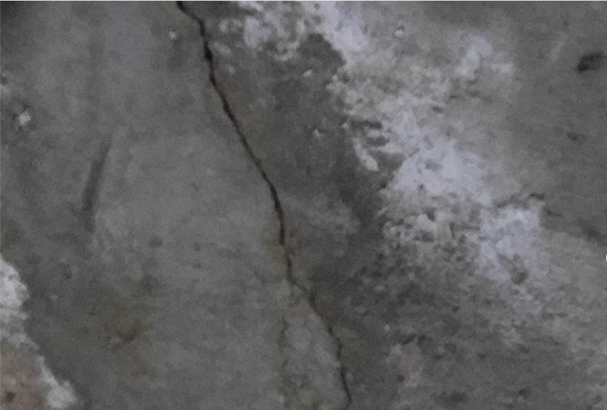 fissure de fondation avec efflorescence