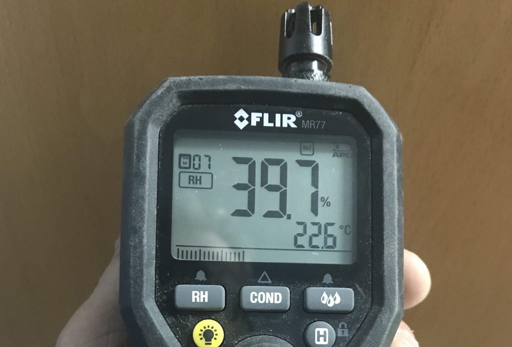 Photo BEBEXPERT mesure de l'humidité par l'expert sur les lieux.
