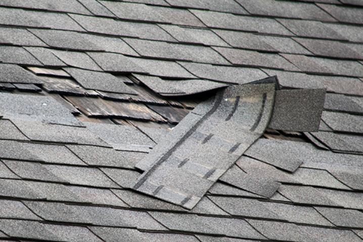 Bardeau de toiture endommagé par le vent.