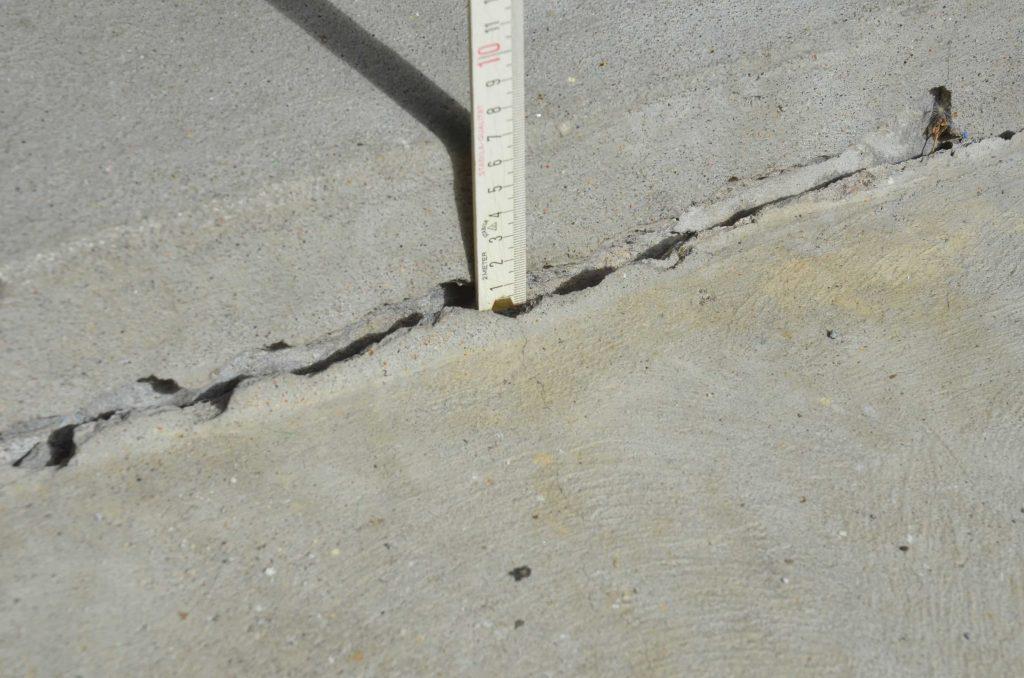 Inspection Fissure affaissement mesure avec règle sur le site