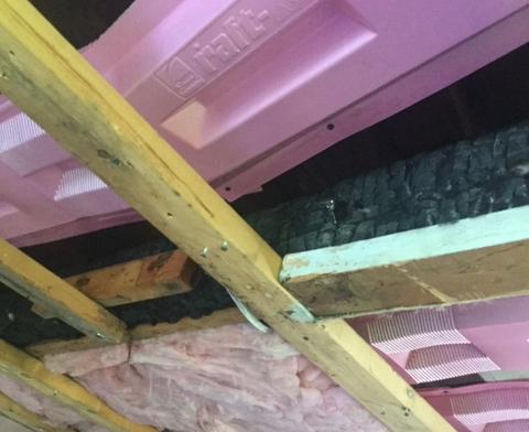 dommages de structure incendiée cachée dans le plafond