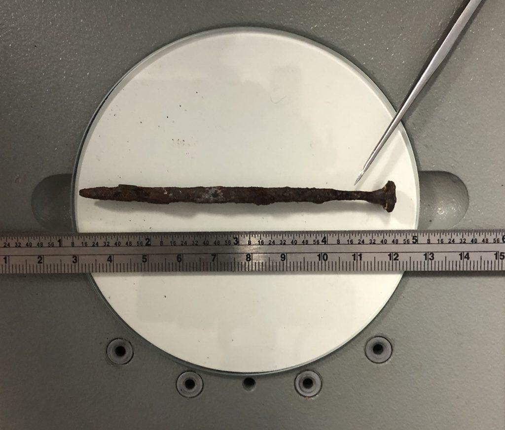 l'expert vérifier l'antériorité du vice par datation de la corrosion (rouille) sur l'acier du clou de construction.