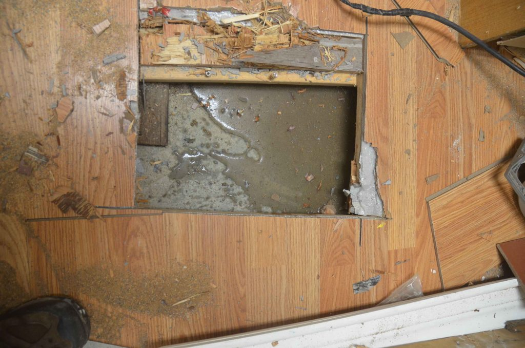 Identification d'un vice caché souvent coûteux à réparer: l'infiltration d'eau au sous-sol.